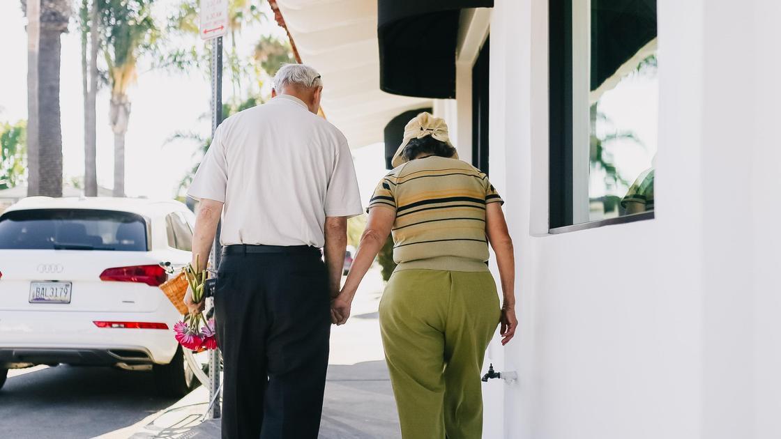 Дедушка и бабушка на улице