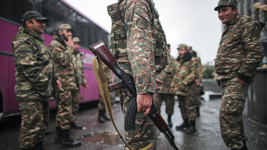 Военные стоят на улице