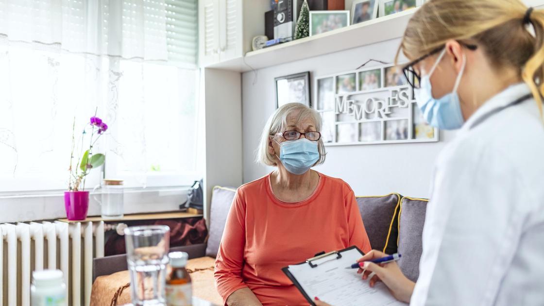 Пожилая женщина общается с врачом