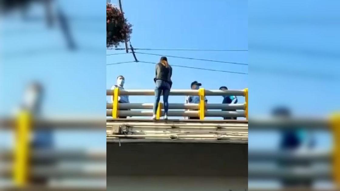 Девушка стоит на краю моста