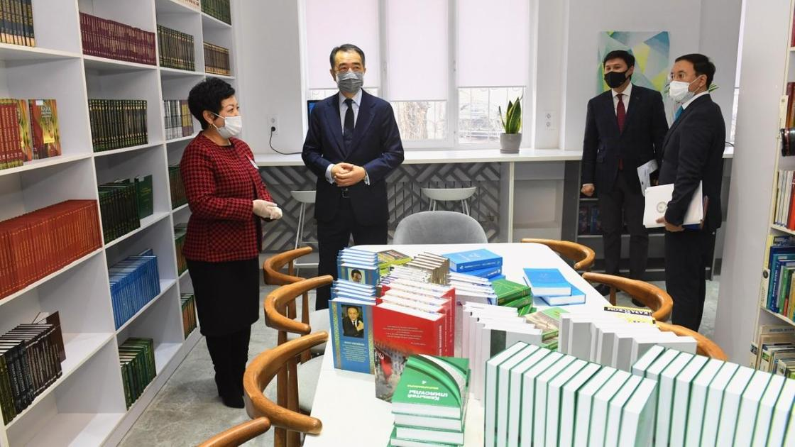 Бакытжан Сагинтаев в библиотеке