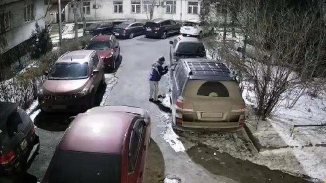 Мужчина снимает зеркало с авто