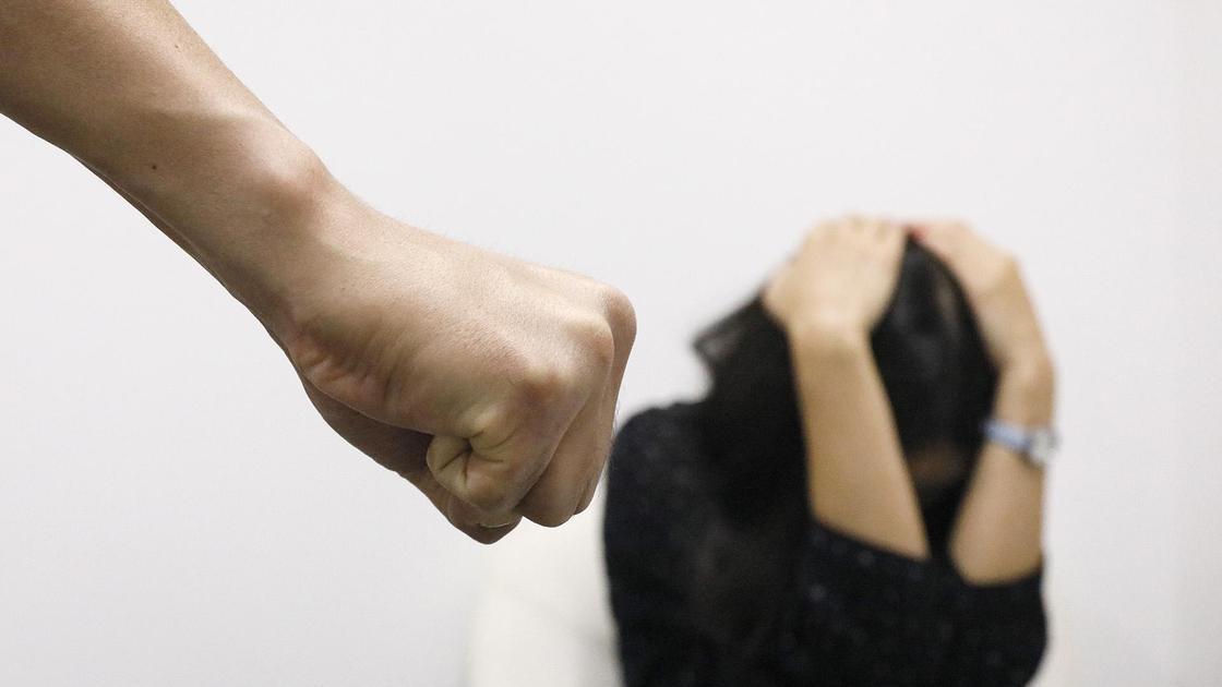Девушка защищается от удара руками