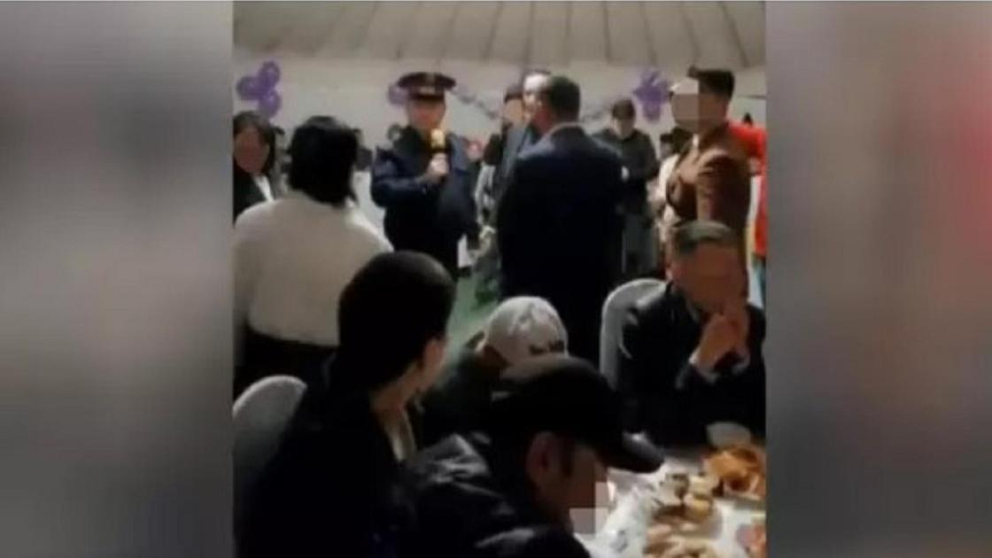 Полицей киімін киген асаба