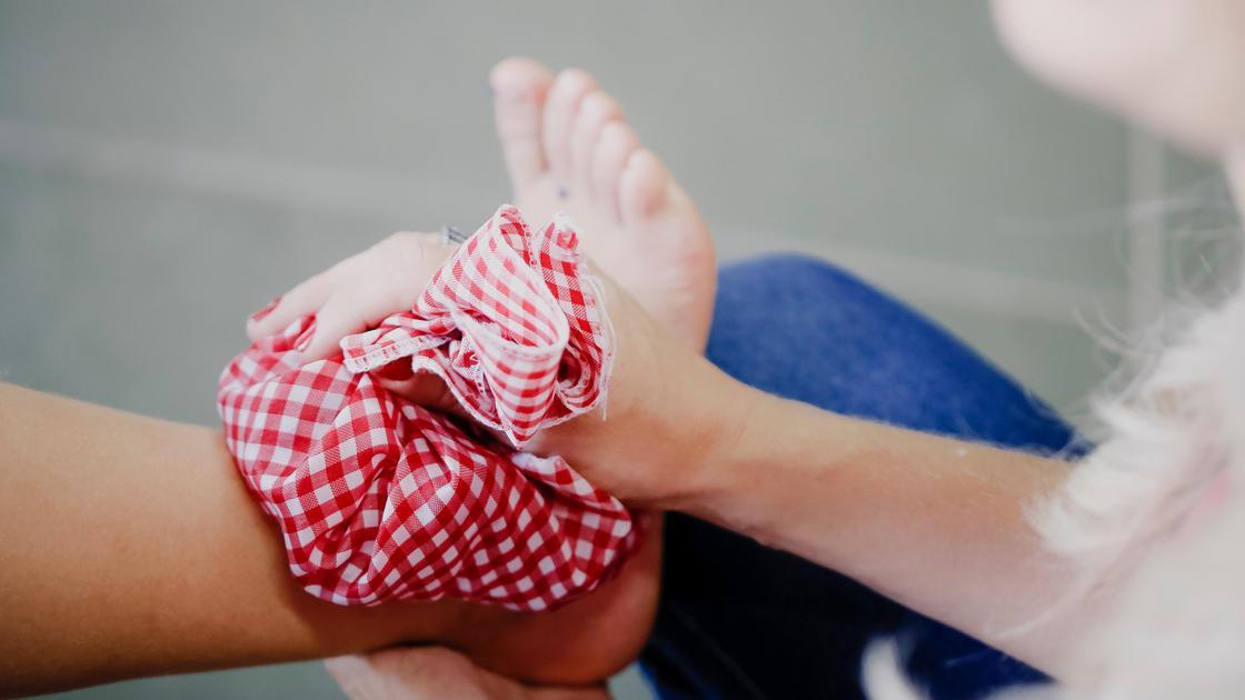 Женщина приложила холодный компресс к ноге
