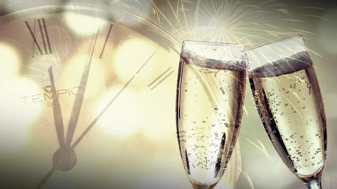 Бокалы с шампанским на фоне часов