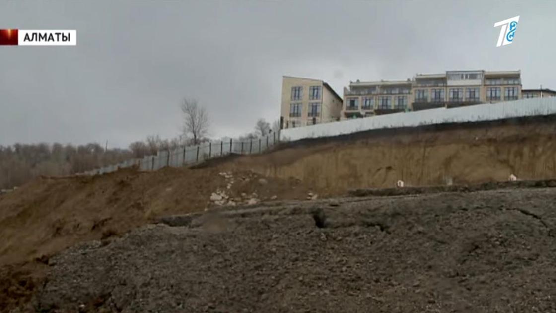 Многоквартирный дом стоит на склоне