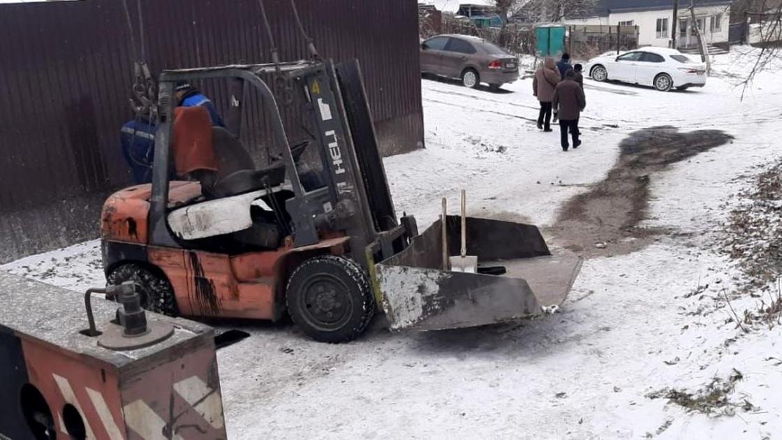 Погрузчик припаркован на заснеженной тропе