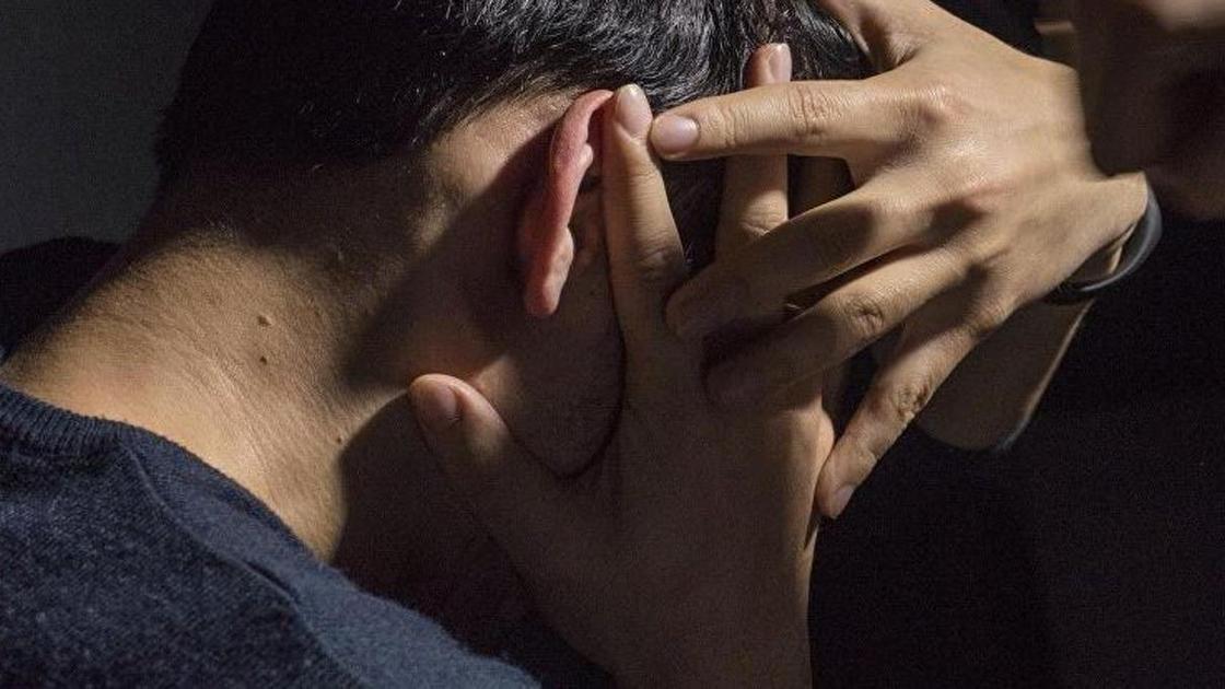 пострадавший закрывает лицо руками