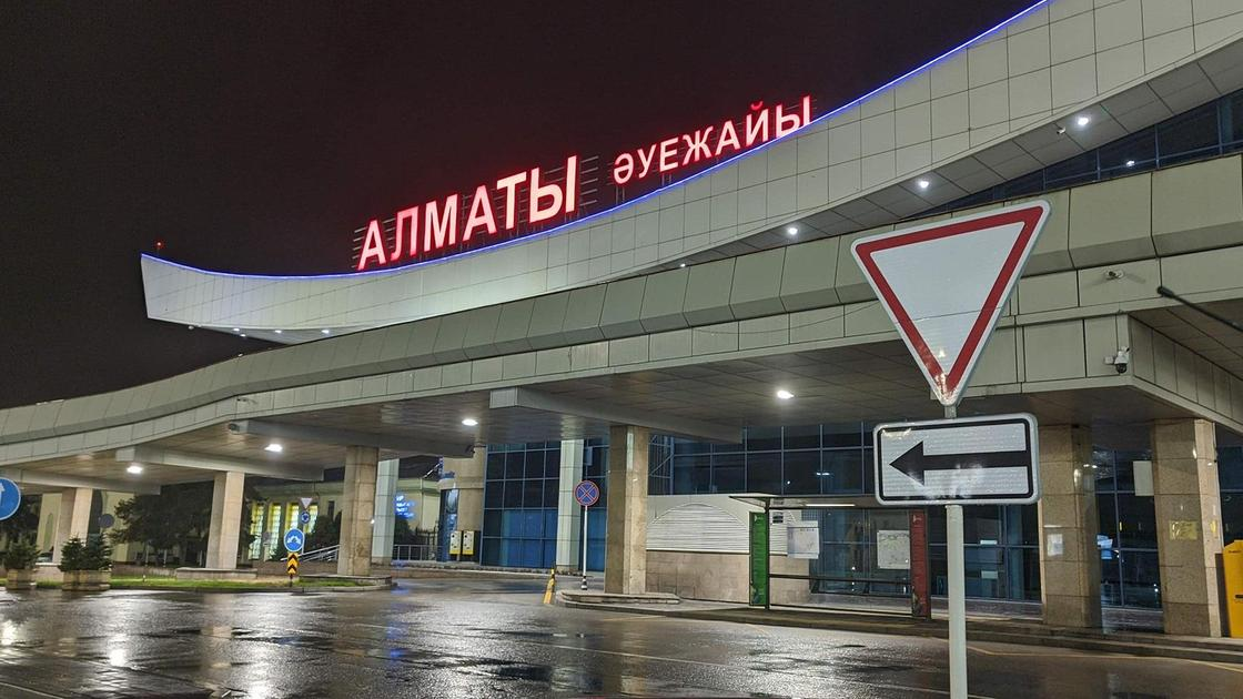 Алматинский аэропорт вечером
