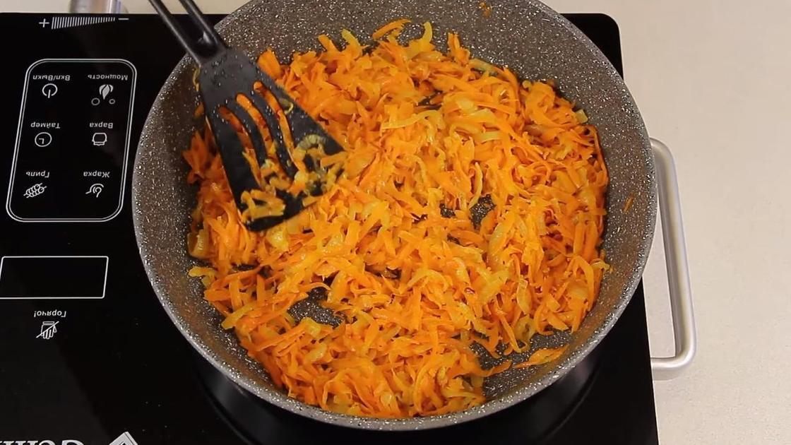 Морковь с луком припускаются на сковороде