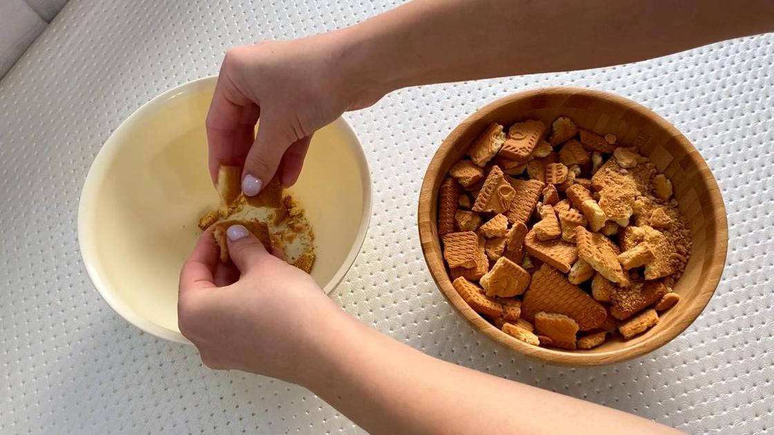 Печенье разламывают на кусочки