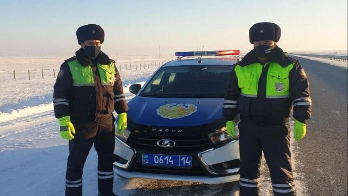 Полицейские стоят на трассе в Павлодарской области