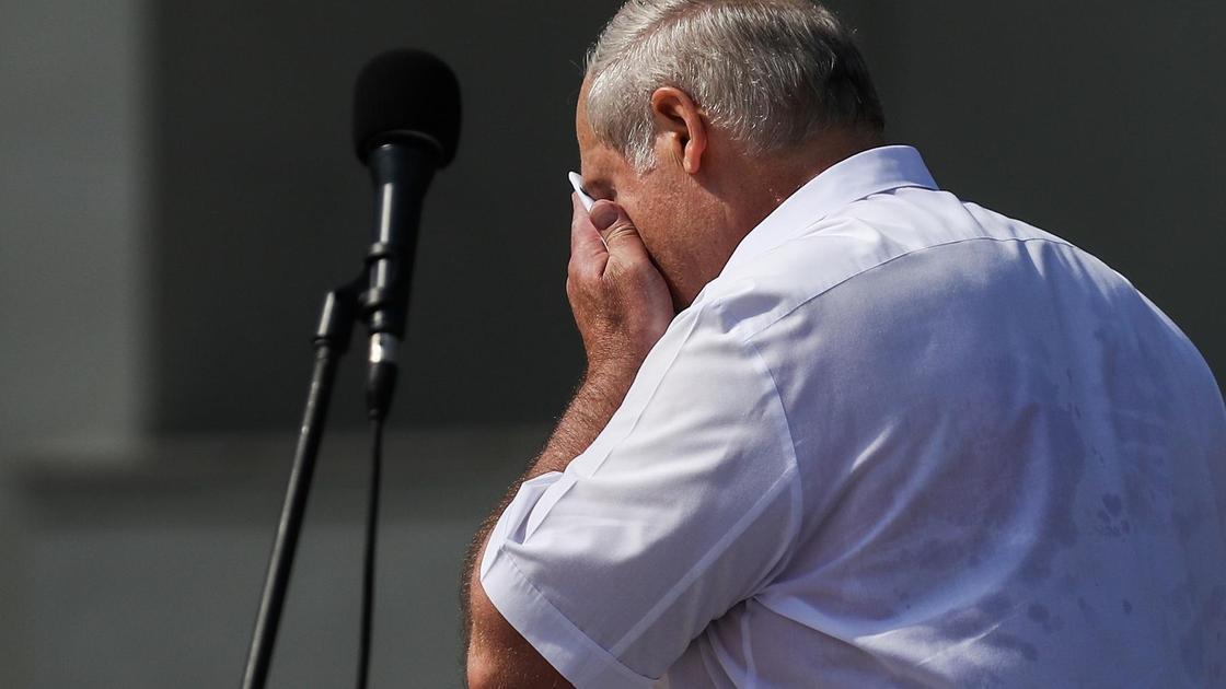 Александр Лукашенко вытирает платком лицо