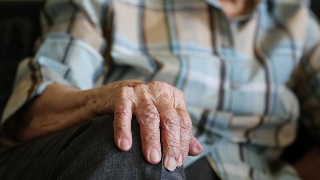 Рука пожилого мужчины