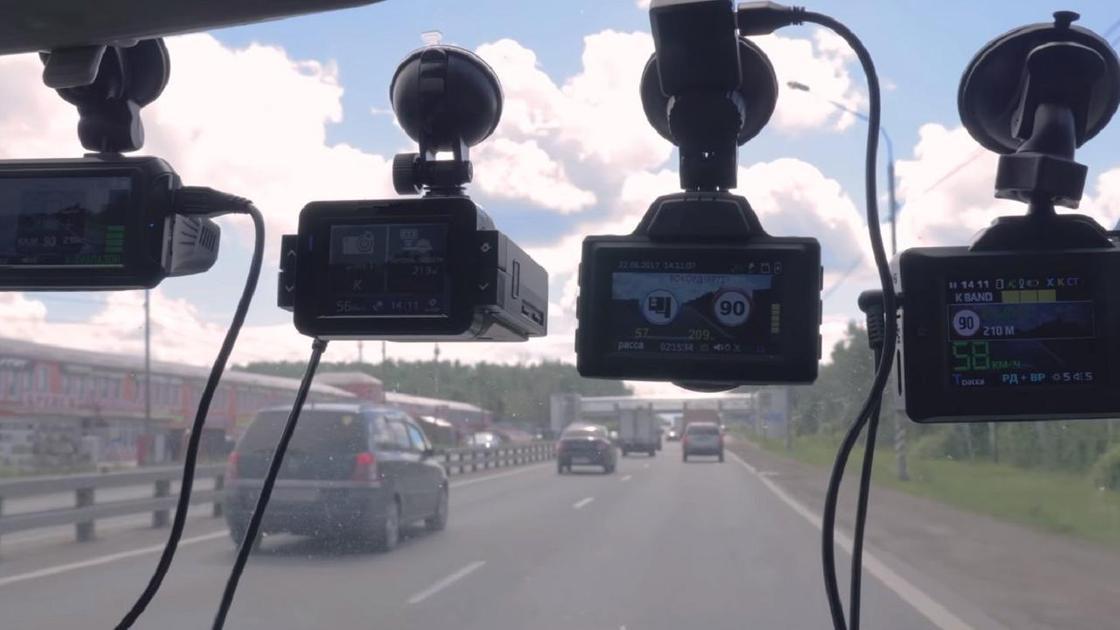 Четыре видеорегистратора на лобовом стекле
