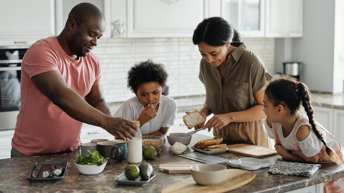 Семья готовит завтрак