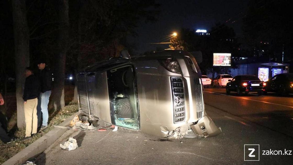 Автомобиль перевернулся на дороге