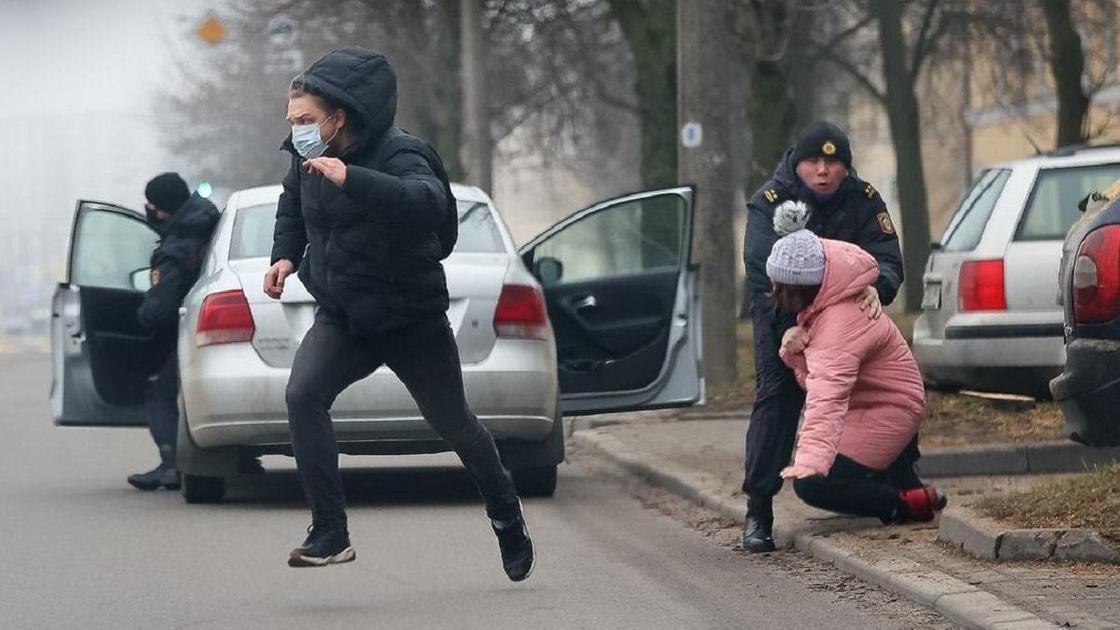 Мужчина бежит от милиции