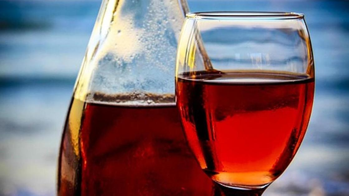 бутылка вина и бокал с вином