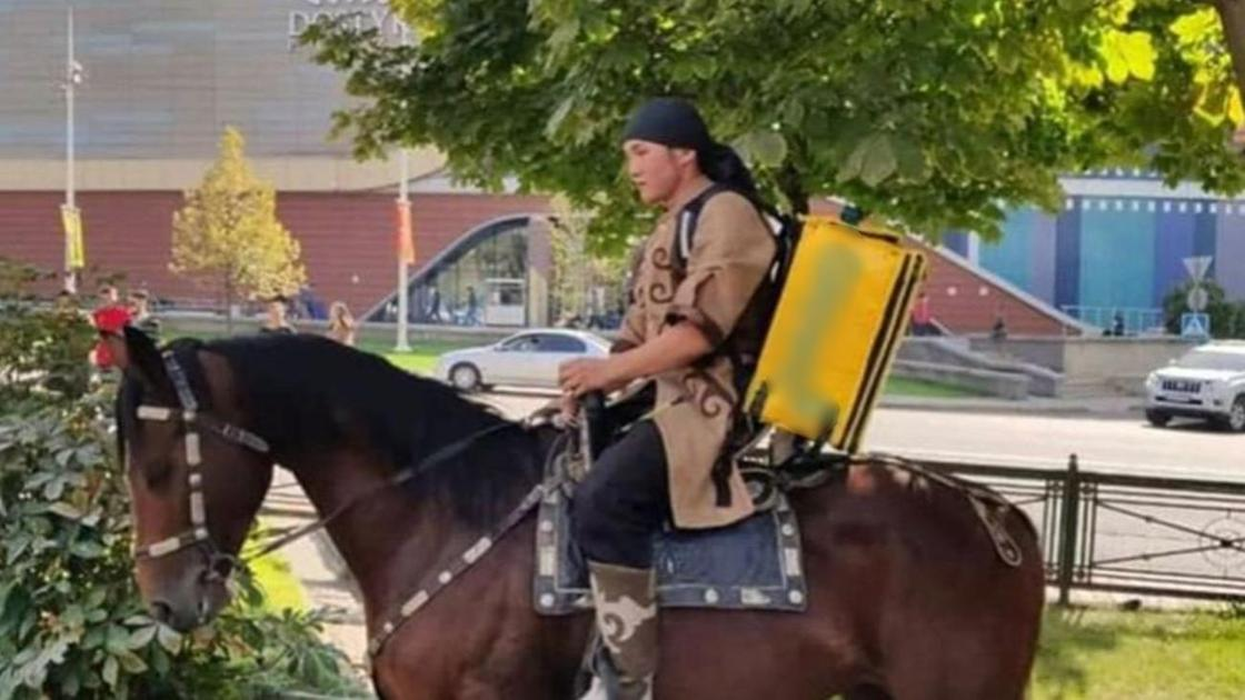 Мужчина с рюкзаком едет на лошади