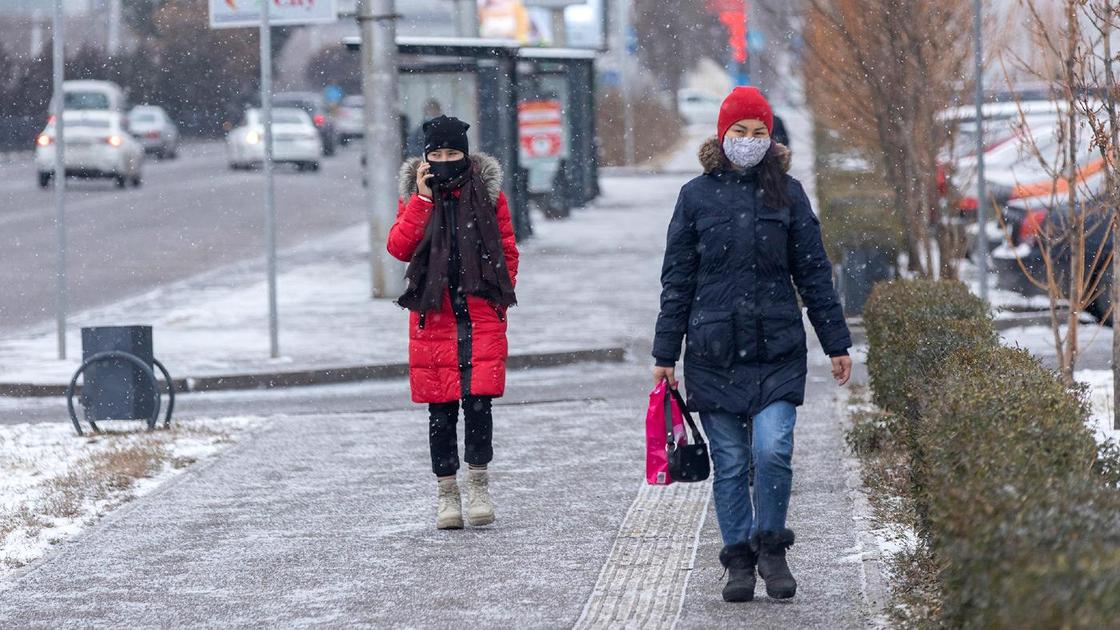 Люди в масках идут по улице