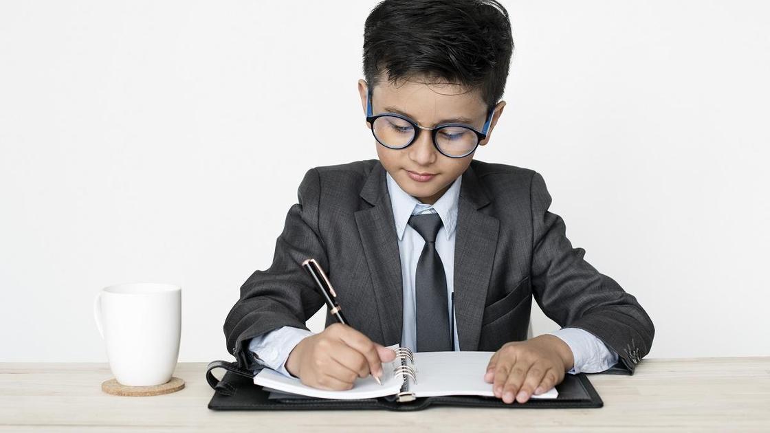 Ребенок заполняет анкету регистрации