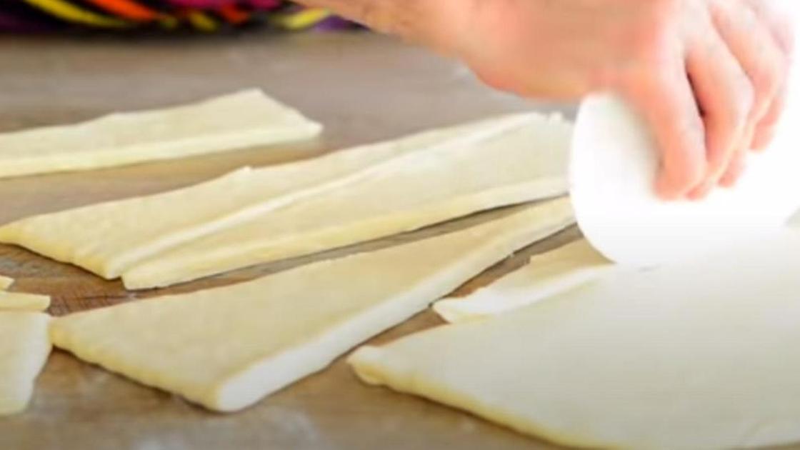 Готовое тесто нарезается треугольниками