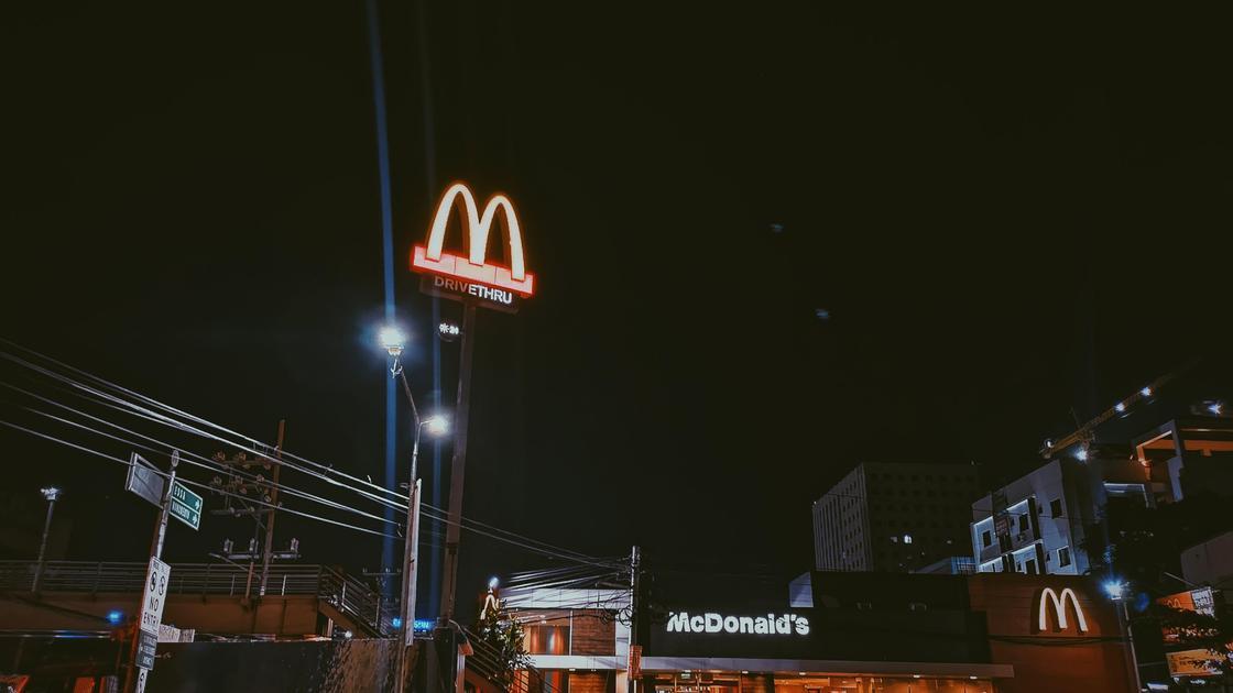 Ресторан McDonald's ночью