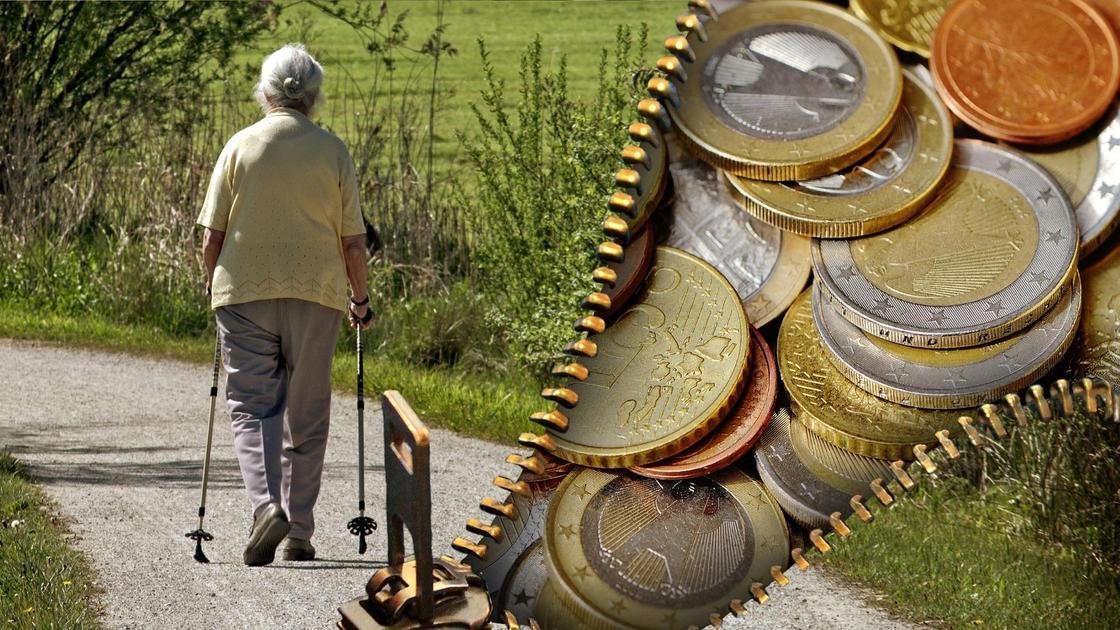Женщина пожилого возраста прогуливается на фоне монет