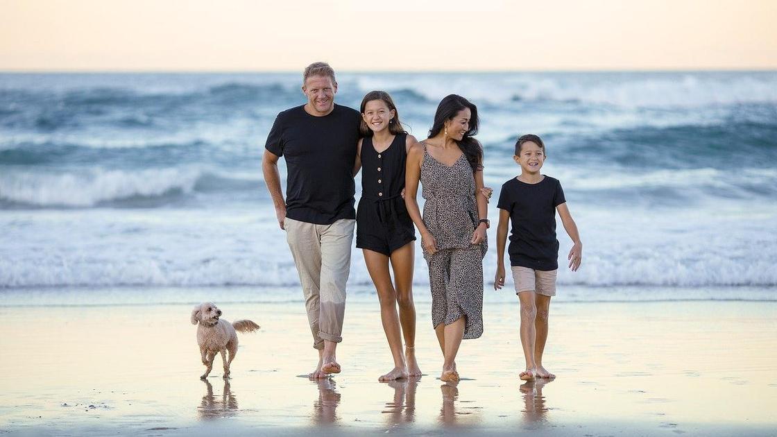 Семья на берегу моря