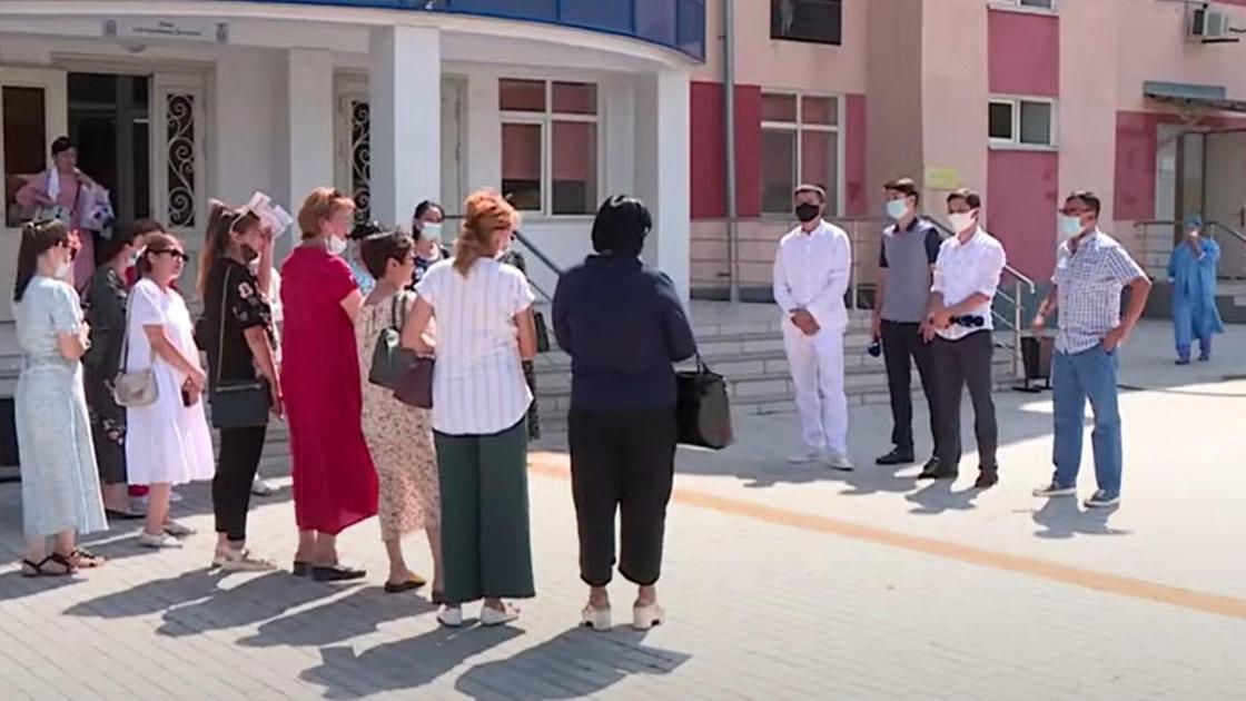 Сотрудники лаборатории стоят у больницы