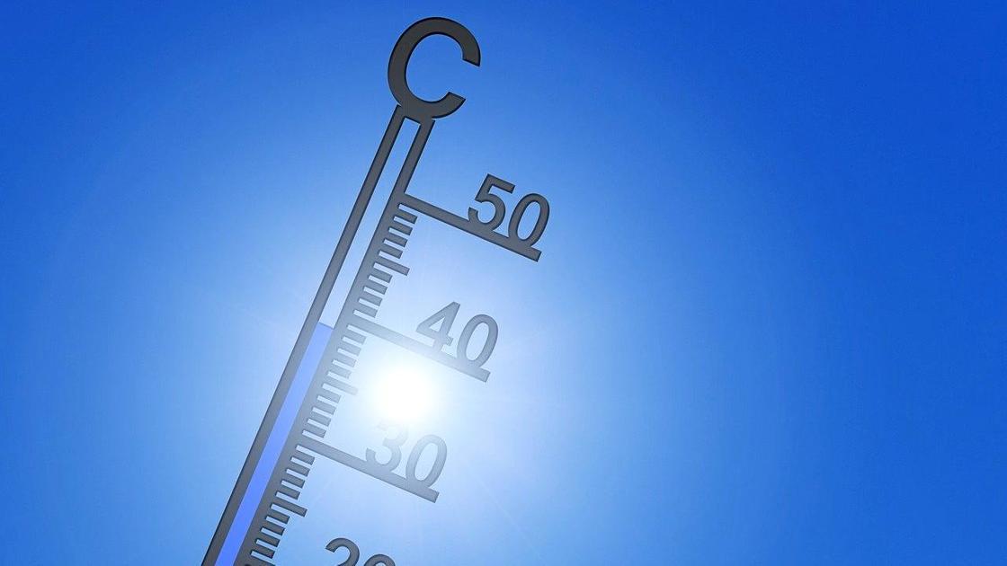 Солнечные лучи просвечиваются сквозь термометр