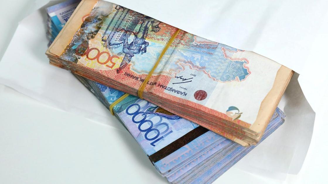 Деньги в конверте лежат на столе