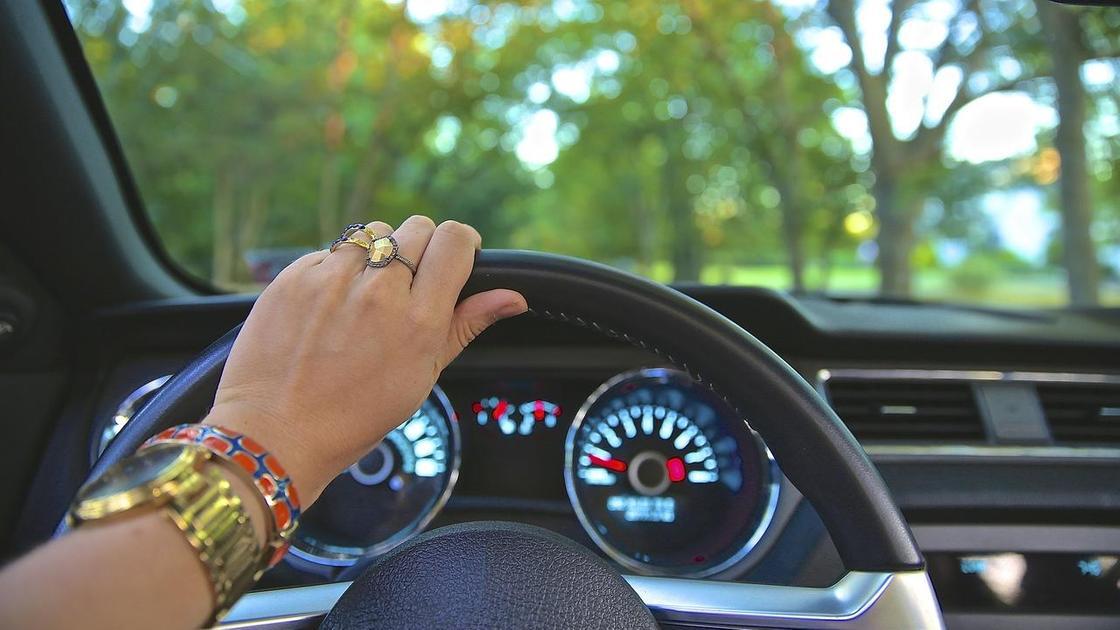 Женщина сидит за рулем автомобиля