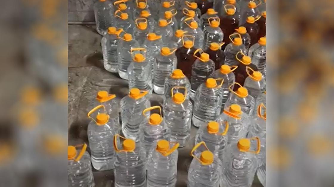 Бутылки со спиртом в подпольном цеху