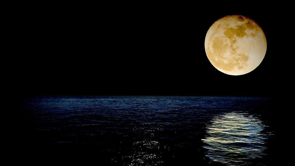Луна отражается на морской глади