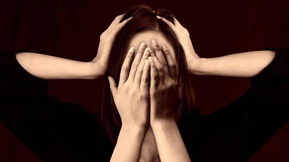 девушка держит лицо руками