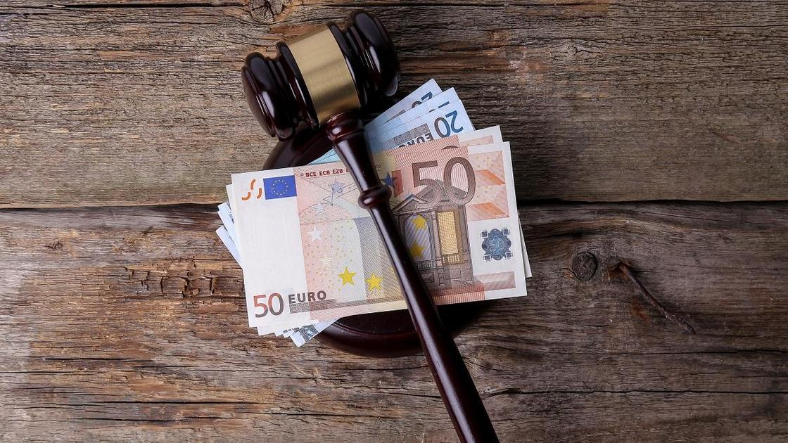 Молоток судьи и деньги