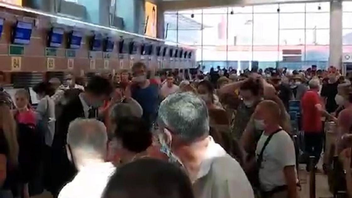 Люди столпились у стоек
