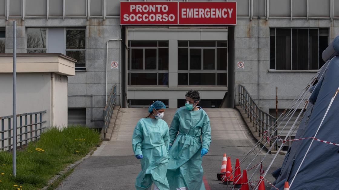 Двое врачей в масках вышли из больницы