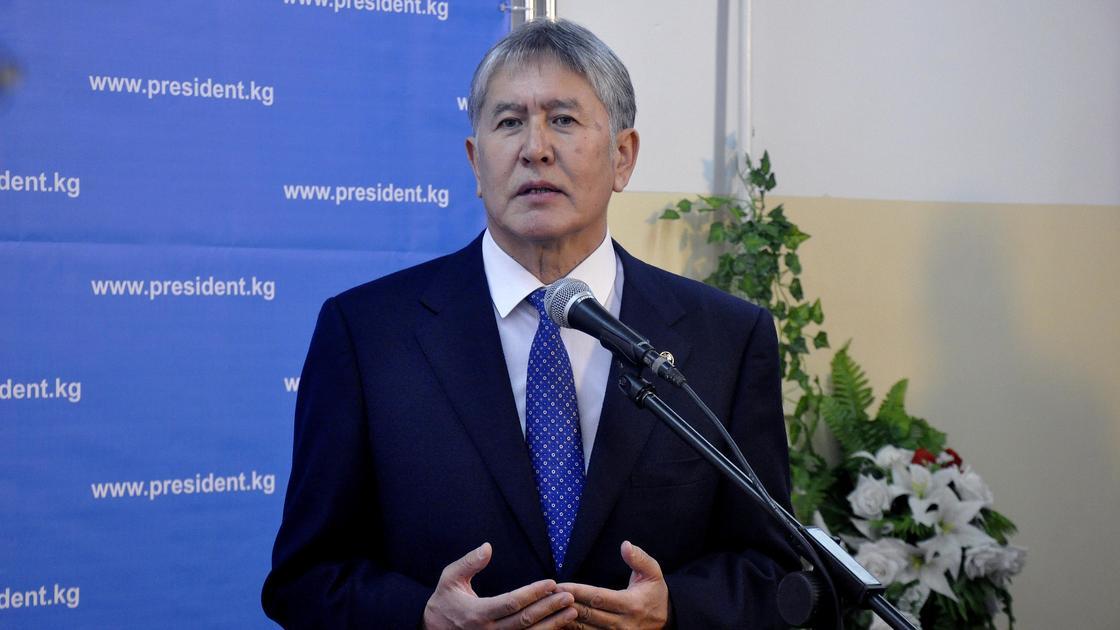 Алмазбек Атамбаев стоит перед микрофоном