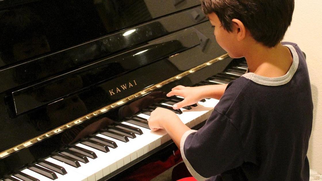 Мальчик играет на пианино