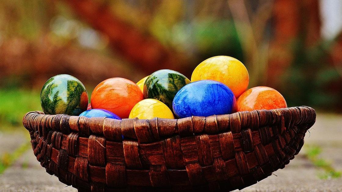 Крашеные яйца в плетеной миске