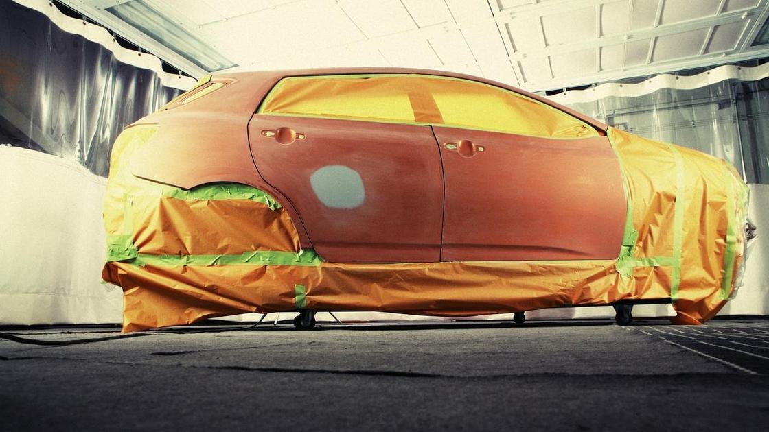 Автомобиль готовят к покраске