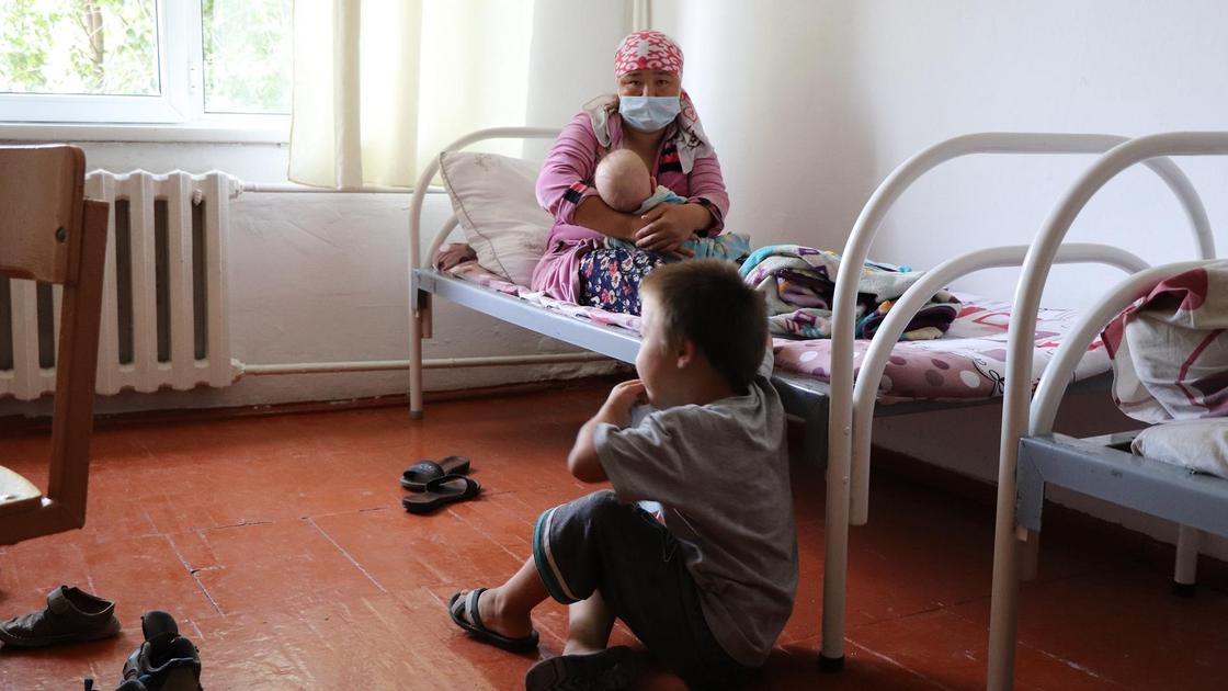 Девушка с ребенком в эвакуационном пункте