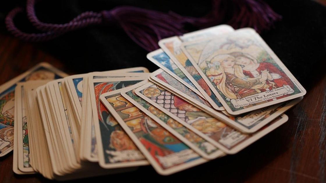Карты Таро на столе