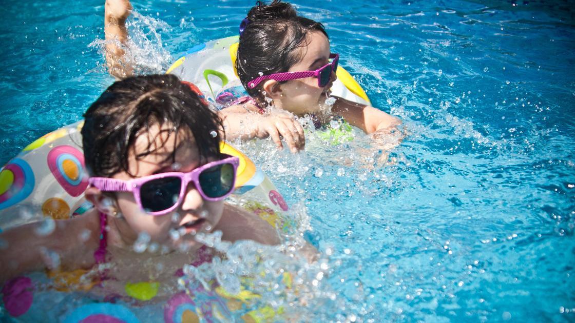 Дети в очках плавают в бассейне