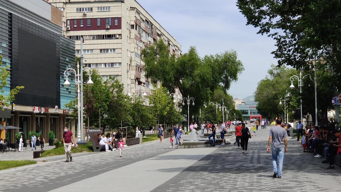 Алматы. Арбат. Фото NUR.KZ Петр Карандашов