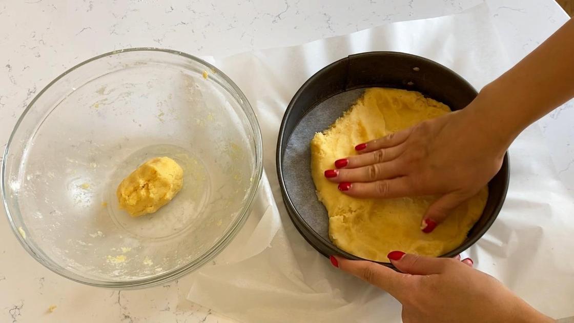 Тесто в форме для выпекания